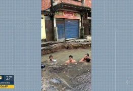 Buraco de vazamento vira 'piscina' de moradores – VEJA  VÍDEO