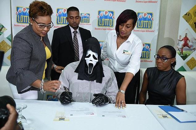 9731236 6696361 image m 4 1549994700539 - Homem ganhou 1 milhão na loteria e usou máscara para família não pedir dinheiro