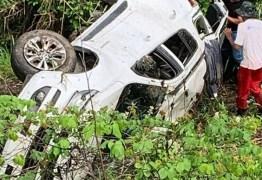 SEM FERIDOS: carro de deputado Nabor Vanderley desce barranco e capota na Região do Agreste