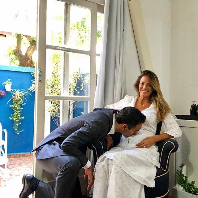 Ticiane - Tralli beija barriga de Ticiane em viagem ao Rio; veja foto