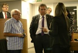 Adriano Galdino vistoria as novas especificações de acessibilidade no plenário da ALPB