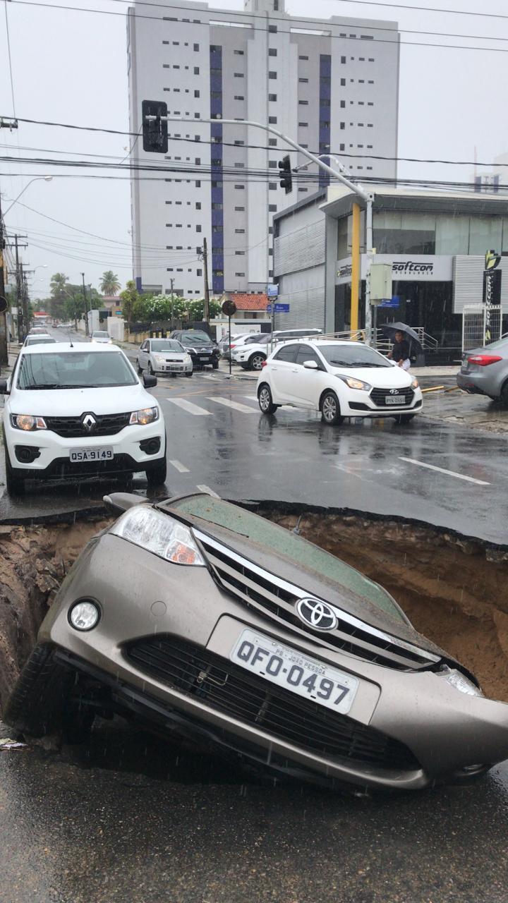WhatsApp Image 2019 02 13 at 11.40.00 AM - CHUVAS FORTES: Veículos abandonados no alagamento, cratera engole carro, 'canoagem' e memes marcam dia em João Pessoa - VEJA VÍDEOS