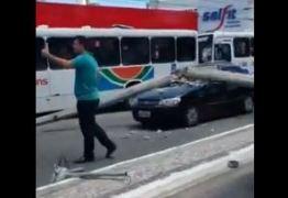 Poste cai durante acidente na Avenida Epitácio pessoa e destrói carro -VEJA VÍDEO