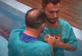 Maquiador Agustin Fernandez se batiza em igreja evangélica, 'Simplesmente me reconheci'