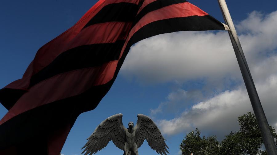 bandeira do flamengo ao vento em frente ao ct ninho do urubu 1549663462139 v2 900x506 - Após incêndio, Flamengo terá luto em uniforme até o final de 2019