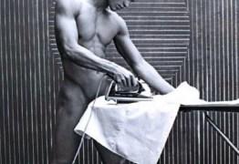 NUDES: Veterano de guerra ganha a vida como faxineiro pelado
