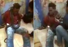 TORTURA: policial põe cobra em volta do pescoço de suspeito de furto para fazê-lo confessar – VEJA VÍDEO