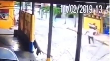 homens fugindo - UM FERIDO E UM MORTO: delegado troca tiros com assaltantes em João Pessoa - VEJA VÍDEO