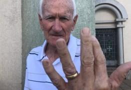 Auxiliar de limpeza salva casamento de 55 anos após encontrar e devolver aliança de idoso