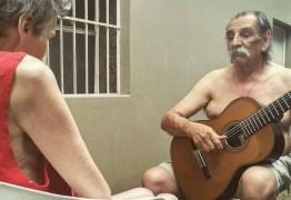 Músico de 72 anos comove a internet com serenata à esposa com Alzheimer