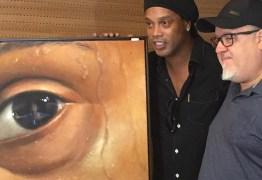 Ronaldinho ganha homenagem do Maracanã e inaugura exposição sobre a carreira