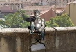 Estátua do diabo choca moradores por ser 'alegre demais': VEJA VÍDEO