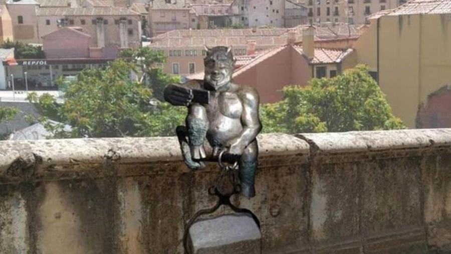 segovia a estatua do diabo criticada em cidade da espanha por ser alegre demais 1547640098099 v2 900x506 - Estátua do diabo choca moradores por ser 'alegre demais': VEJA VÍDEO
