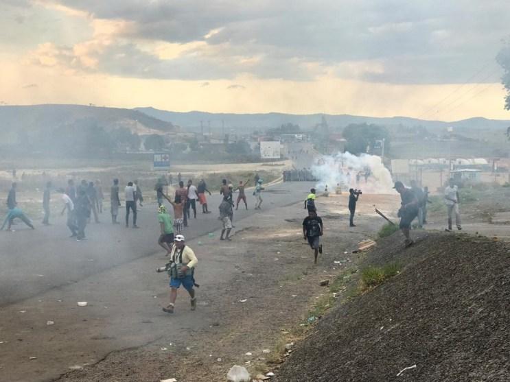 whatsapp image 2019 02 23 at 18.39.29 300x225 - Manifestantes lançam coquetéis molotov contra base do Exército da Venezuela na fronteira com o Brasil
