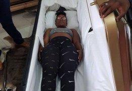 PREVENIDA: Mesmo saudável, mulher de 33 anos já compra o seu caixão