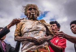 Comunidade indonésia mantém cadáveres de familiares morando com os vivos