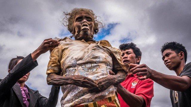 xblog dead  indonesia.jpg.pagespeed.ic .iyYSccUgHe 1 - Comunidade indonésia mantém cadáveres de familiares morando com os vivos