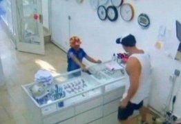 FLAGRA: Menino de 9 anos tenta assaltar joalheria com arma de brinquedo; VEJA VÍDEO