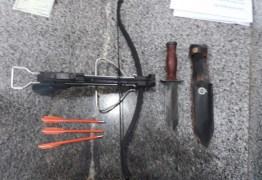Professor invade Secretaria de Educação com besta, faca e dardos