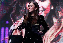 Grávida, Tatá Werneck leva balde 'Chanel' a prêmio e se compara a Kate Middleton