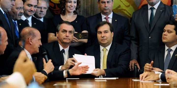 Bolsonaro entrega texto da nova presidencia para maia - Bolsonaro e Maia travam a distância duelo de declarações sobre votação da Previdência
