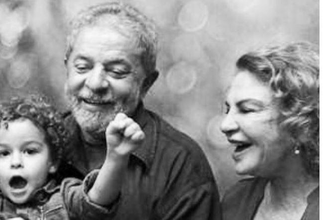 Lulaa - Após duas horas Lula deixa velório do neto e retorna para carceragem da PF - VEJA VÍDEO