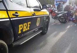 Motociclista sem habilitação bate em carro e tem fratura exposta após acidente, na BR-230; VEJA VÍDEO