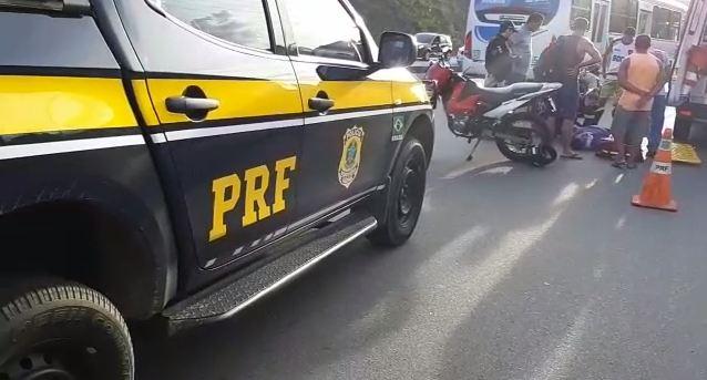 PRF - Motociclista sem habilitação bate em carro e tem fratura exposta após acidente, na BR-230; VEJA VÍDEO