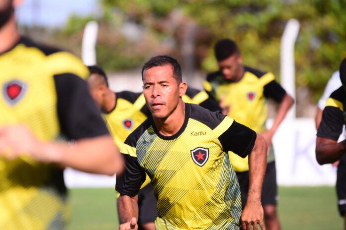 Rizemberg  treinodobota 30 marcos aurelio 696x464 - Botafogo-PB anuncia renovação do experiente meia Marcos Aurélio para a temporada 2021