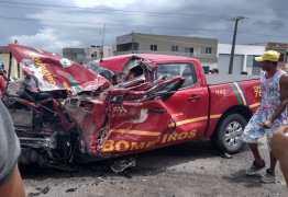 Acidente entre viatura e carreta deixa bombeiro preso entre as ferragens