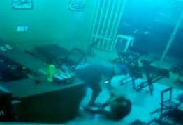 PM agride dona de lanchonete com socos, chutes e pontapés por atraso no pedido – VEJA VÍDEO