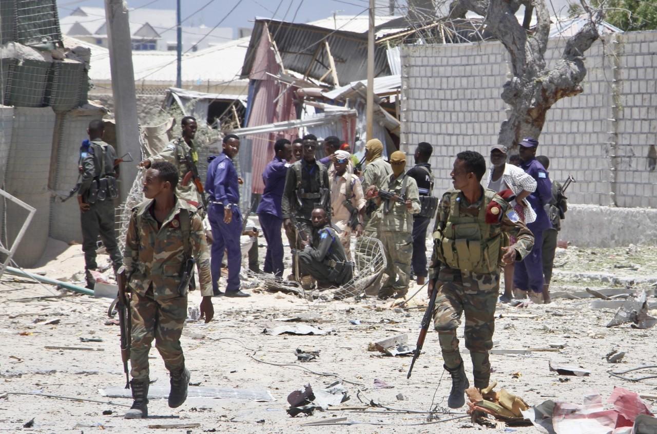 ap19082407698132 - TERROR E CAOS: Ataques com carros-bombas matam vice-ministro e mais 10 na Somália