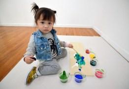 Artista de 2 anos vende quadros a R$ 86 mil