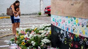 populacao presta homenagens as vitimas do massacre em suzano em memorial montado no muro da escola estadual raul brasil na manha deste sabado 16 1552754934319 v2 900x506 300x169 - Treze de 16 docentes relataram casos de agressão na escola de Suzano