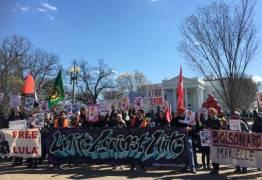 Manifestantes protestam em frente à Casa Branca contra visita de Bolsonaro