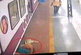 Mulher que fazia xixi em trilho é atingida por trem, mas sai andando