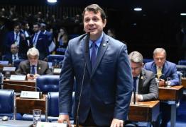 """Estranho no ninho, senador sem partido há 3 anos relata """"desdém"""" de colegas"""