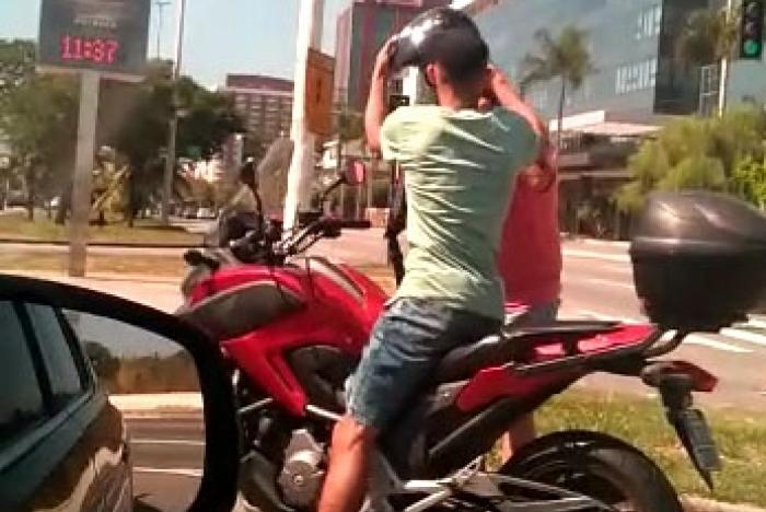1 barra 10889433 - Motorista flagra roubo de motos no meio do trânsito - VEJA VÍDEO