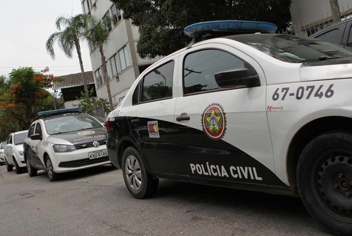 1 dt1g2067 9435666 - PERIGO IMINENTE: Dois policiais são baleados após fuzil disparar acidentalmente