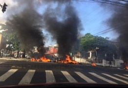 Ambulantes fazem protesto e queimam pneus em frente ao Ministério Público – VEJA VÍDEO