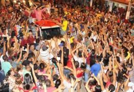 Multidão vai às ruas celebrar volta de prefeito afastado suspeito de cobrar propina