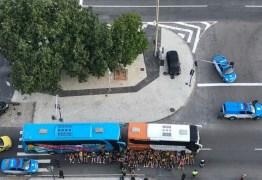 HORAS ANTES DO JOGO: torcedores de Flamengo e Peñarol se envolvem em pancadaria no Rio de Janeiro – VEJA VÍDEO