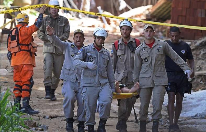 Corpos de mais dois meninos são retirados de escombros de prédio que desabou no Rio