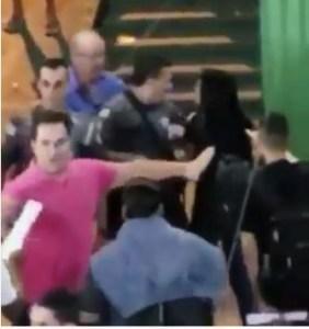Capturar 6 282x300 - VIOLÊNCIA: Policial entra em escola e usa arma para empurrar aluna; VEJA VÍDEO