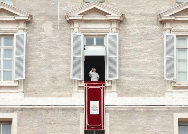 Papa e Celular 300x214 - Papa Francisco pede a estudantes que deixem o vício do celular