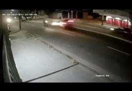 Motociclista morre ao ser atingido por carro em alta velocidade – VEJA VÍDEO