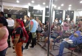 Ambulantes ocupam galerias da Câmara Municipal em protesto contra Cartaxo