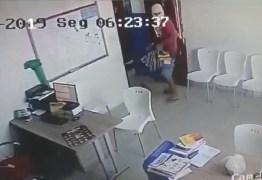 Trio de assaltantes invade supermercado, rende funcionários e rouba malotes de dinheiro – VEJA VÍDEO