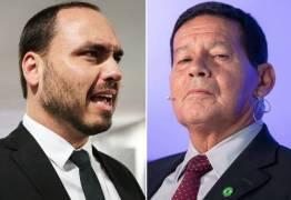 Carlos Bolsonaro mantém ataques a Mourão nas redes sociais: 'está no ultimo suspiro de vida'