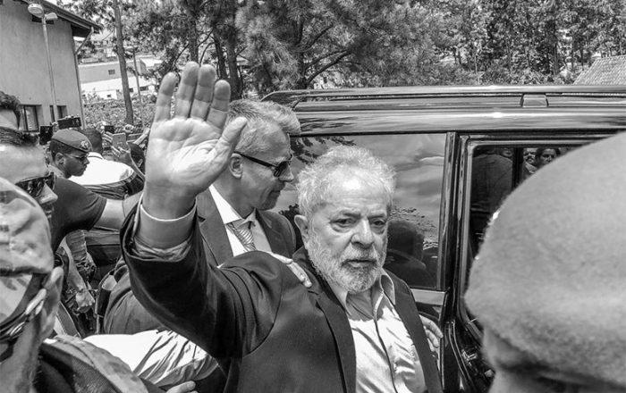 lula aceno e1551557358807 - Confira pronunciamento de Lula que não foi veiculado pela Folha de São Paulo - VEJA Vídeo